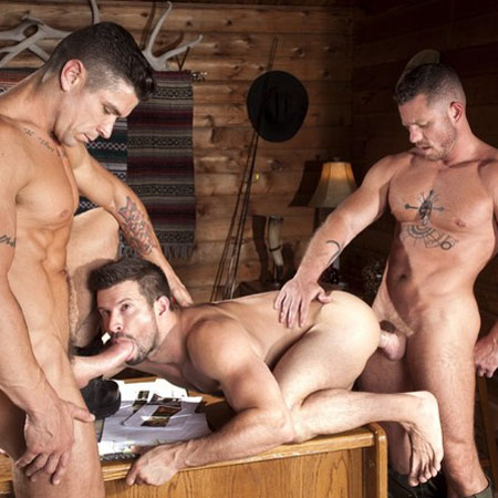 Muscle hunks in a 3some