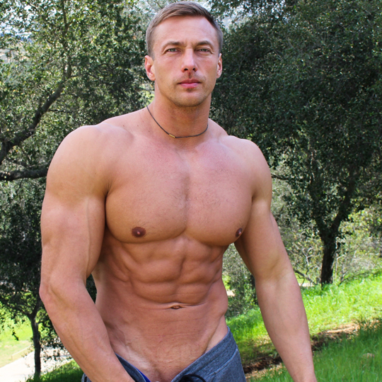 Muscle hunk jerks off
